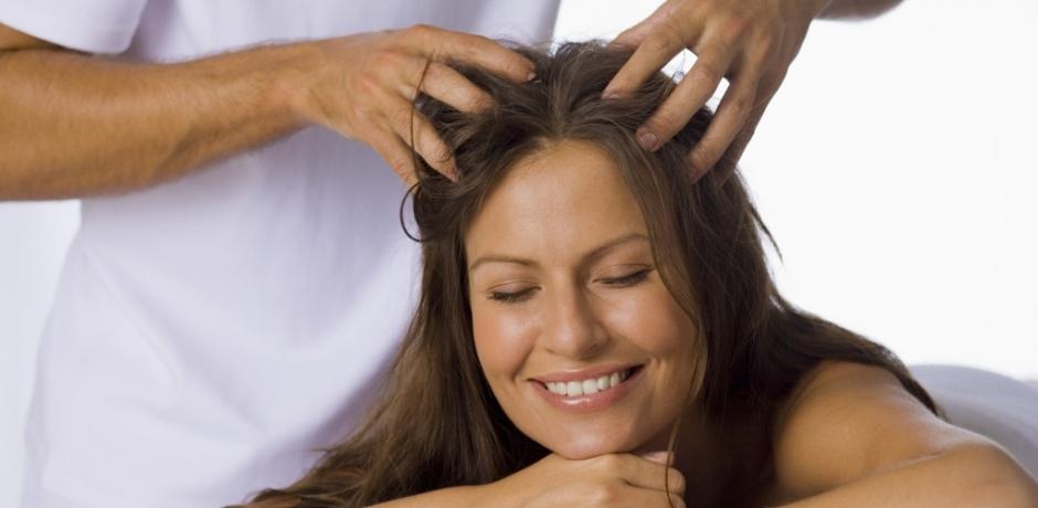 нежная блондинка делает масаж