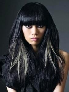 Черные волосы с белыми прядями