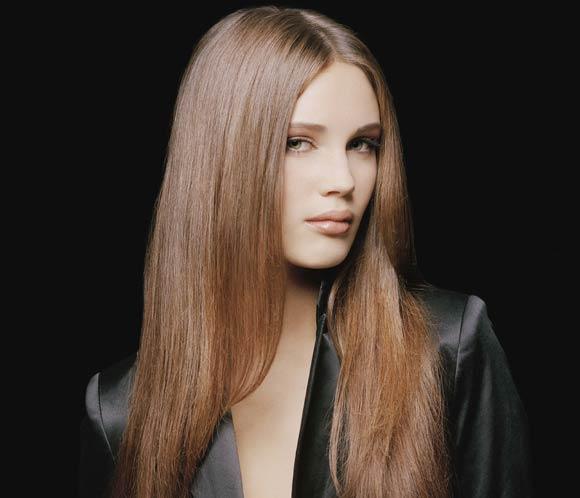 Молодежный уличный стиль предлагает прически с распущенными прямыми волосами.