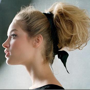 Можно заколоть волосы таким образом, для дополнительного объема.
