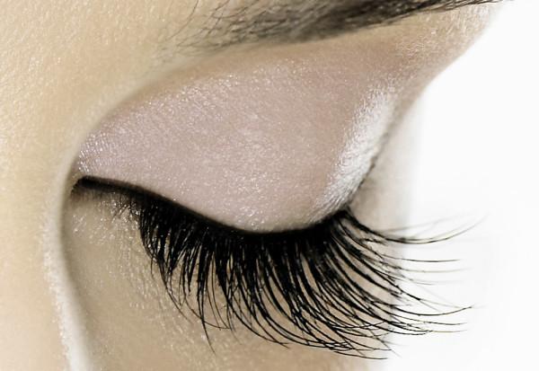 Можно значительно улучшить внешний вид волосков у глаз, регулярно ухаживая за ними с помощью масел