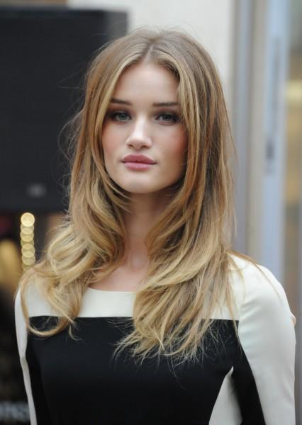 На фото - модное легкое колорирование волос.