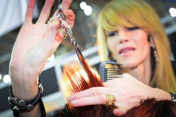 На фото - процесс филировки обычными ножницами с удлиненными полотнами