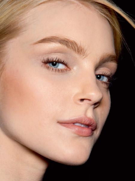 На фото - светловолосая девушка, у которой идеально подобрана по цвету косметика для моделирования бровей-скаус.