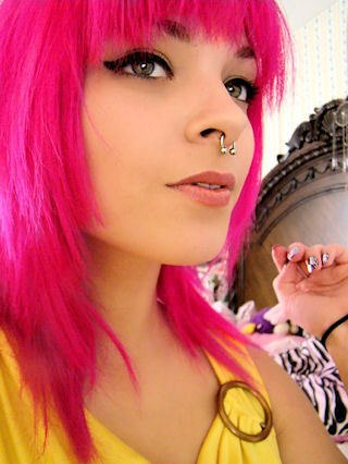 Шатенка с розовыми волосами