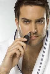 На фото – удаление волос из носа с помощью триммера