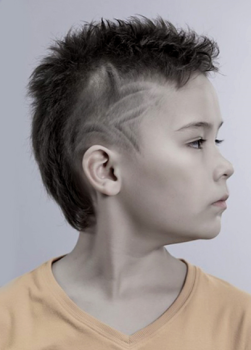 На фото изображена детская стрижка с узором.