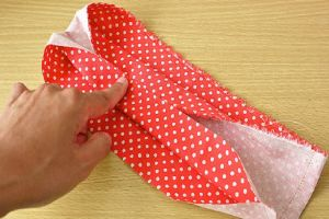 На фото: как именно нужно подвернуть ткань