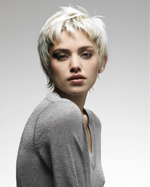 На фото представлена модная прическа для коротких волос