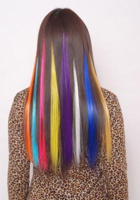 пряди волос на заколках цветные
