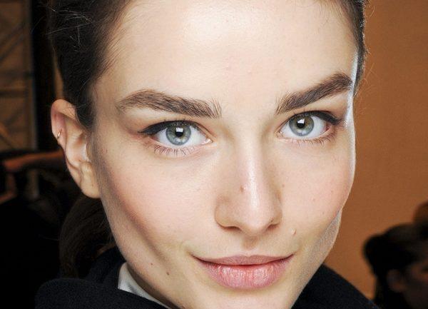 Натуральные пышные волоски лучше всего смотрятся на обладательницах крупных черт лица