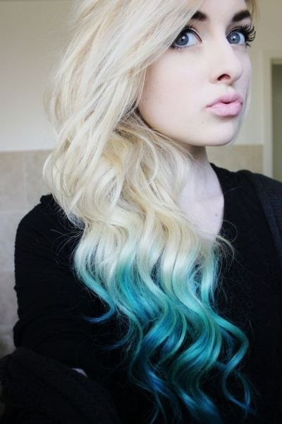 Необычное сочетание платинового блонда с голубым оттенком