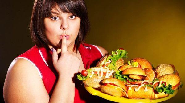 Обилие жирной пищи очень часто приводит к проблемам с сальными железами кожи