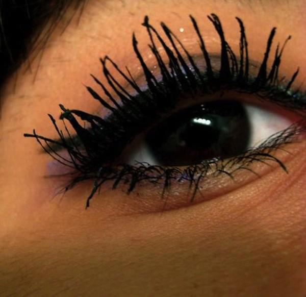 Обильное количество косметики вредит здоровью ресниц и замедляет их рост