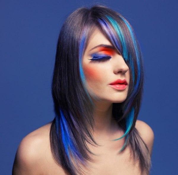 Обычным мелированием или окрашиванием в банальный цвет сегодня мало кого удивишь, а вот яркие пряди - синих, зелёных или красных оттенков не оставят равнодушными практически никого! Решение есть! Замечательной альтернативой выступают разноцветные пряди волос, которые придадут особую изюминку и помогут почувствовать себя индивидуальной.