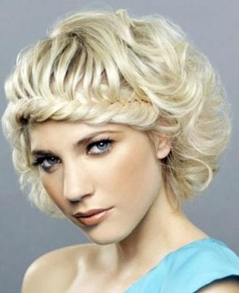 Очаровательный образ с косами можно создать и при короткой длине локонов