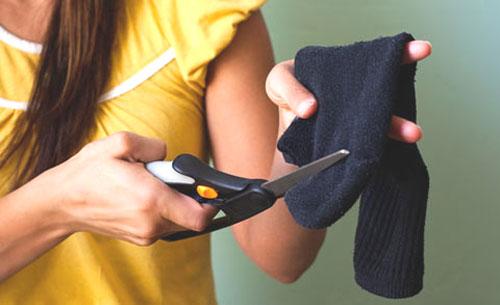 Одно движение ножницами - и старый добрый носок превратится в способ создания очаровательных локонов