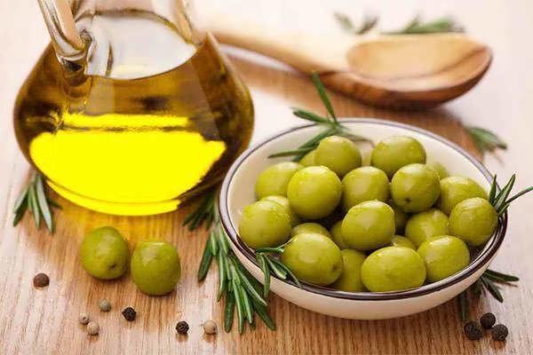 Оливковое масло поможет справиться с перхотью и зудом, а также придаст локонам здоровый блеск и эластичность
