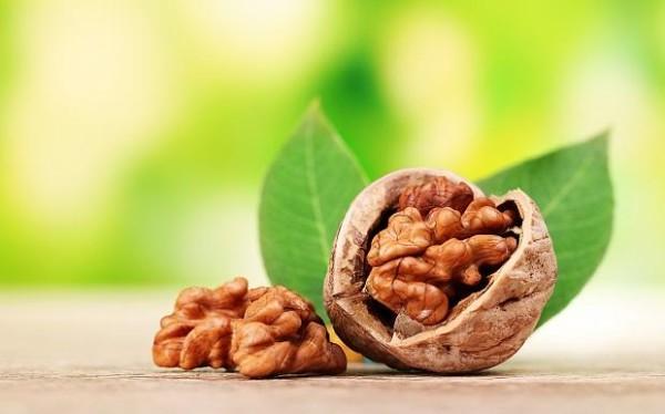 Орехи положительно влияют на ослабленные пряди