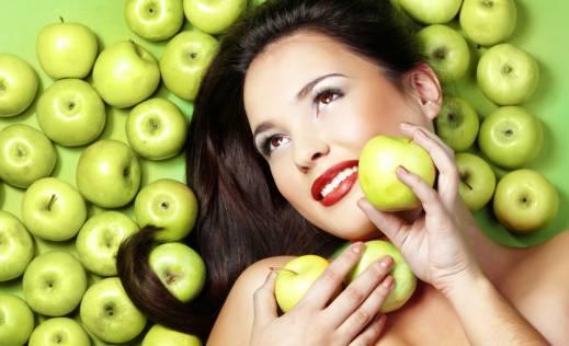 От яблочных процедур локоны укрепляются, увлажняются, восстанавливаются.