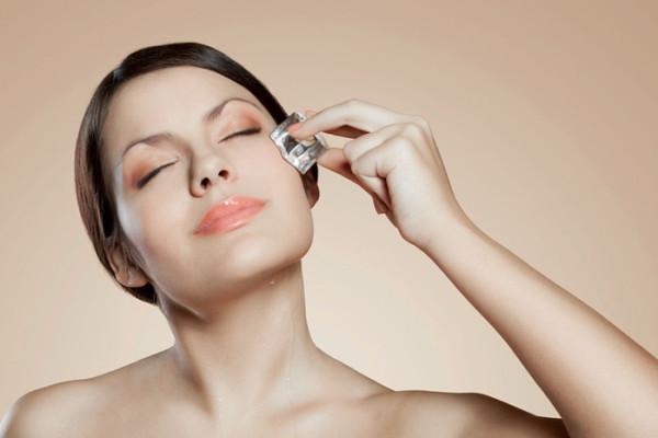 Отличным тонизирующим свойством обладает лед из отвара лекарственных трав, который рекомендуют использовать не только для бровей, но и для кожи вокруг глаз
