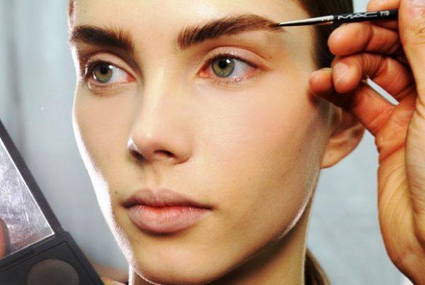 Отсутствие макияжа может сгладить наличие ухоженных и ярких бровей