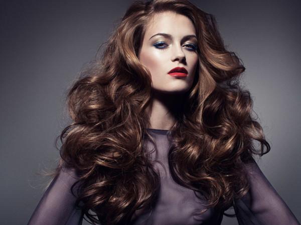Перед тем как завить волосы утюжком-выпрямителем, нужно обеспечить им термозащиту