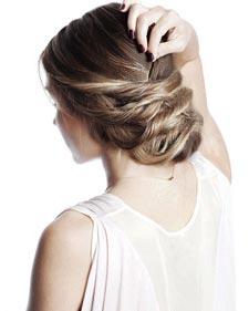 Перекиньте начесанные волосы назад и уложите. Концы спрячьте в закрученные жгуты.
