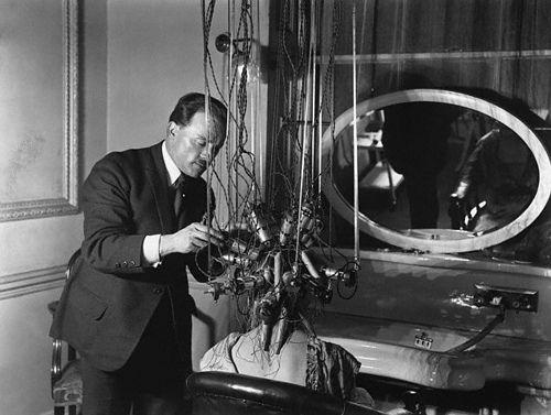 Первые аппараты для химической завивки были не только громоздкими, но и достаточно опасными