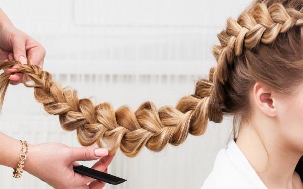 Плетение можно продолжать до самых кончиков волос, не ограничиваясь только челкой