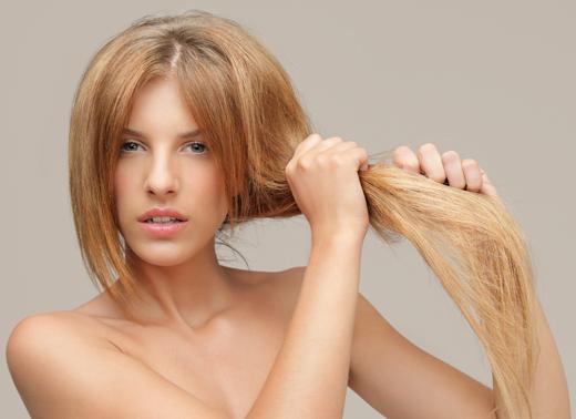 Подергивание локонов может существенно улучшить состояние волос.