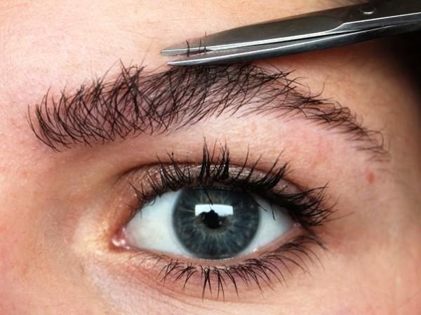 Подстригание бровей делают перед выщипыванием - когда волоски приобретут необходимую длину, будет понятней, какие из них лучше удалить, а какие оставить.