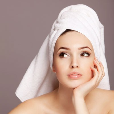 После нанесения масляной маски рекомендуется обернуть голову полотенцем
