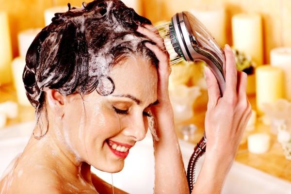 Правильное мытьё головы после химических долговременных укладок позволит дольше сохранить полученные завитки