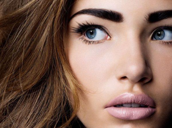 При контрастной внешности (яркие глаза и волосы) можно позволить себе более темные (яркие) оттенки волосков на лице