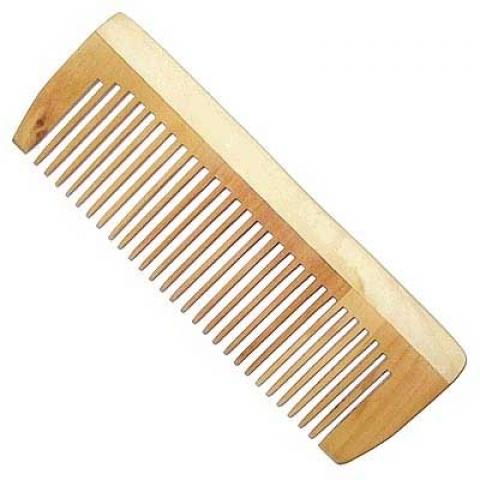 При создании причесок рекомендуется пользоваться деревянными расческами