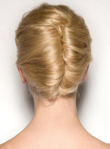 Прическа-ракушка на короткие волосы делается сложнее, чем на длинные.