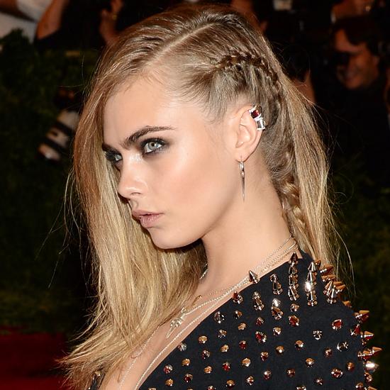 Прическа с косичкой с распущенными волосами способна подчеркнуть бунтарский образ при поддержке дополнительных аксессуаров и яркого макияжа