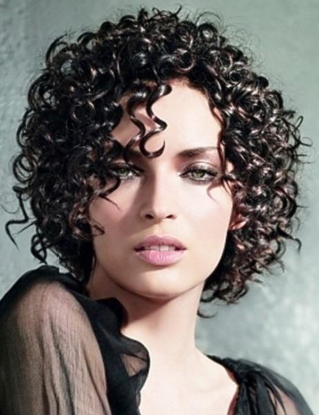 Причёска смотрится стильно с эффектом «мокрой химии».