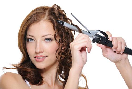 Применение плойки существенно вредить здоровью волос, если не пользоваться защитными составами