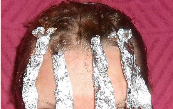 Светлые пряди на темных волосах (36 фото): видео-инструкция как сделать своими руками, особенности мелирования, осветление, цена, фото