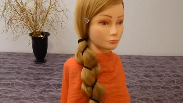 Простая коса из двух прядей и декоративного элемента