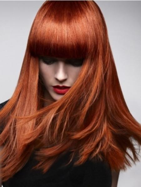 Прямые волосы с челкой ниже уровня бровей прекрасно скроют слишком высокий лоб и подчеркнут овал лица