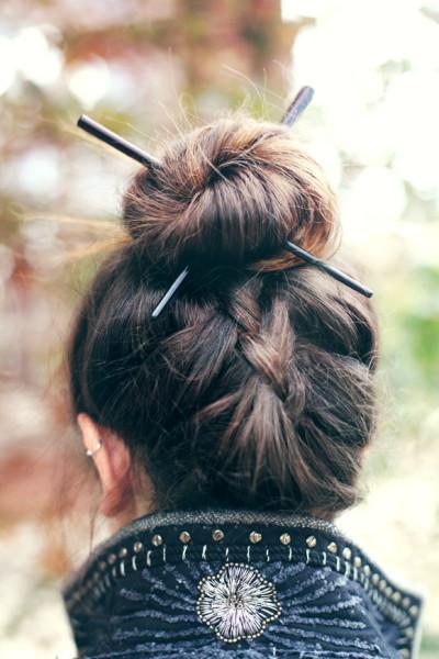 Пучок с декоративными палками – стильный и необычный вариант повседневной прически
