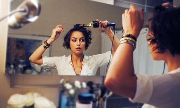 Работать плойкой нужно рядом с большим зеркалом при хорошем освещении, чтобы избежать ошибок