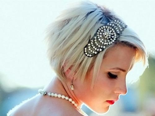 Располагать ленту на коротких волосах лучше над челкой