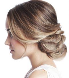 Результат зафиксируйте лаком для волос, а для легкости и романтичности выпустите несколько прядей у лица.