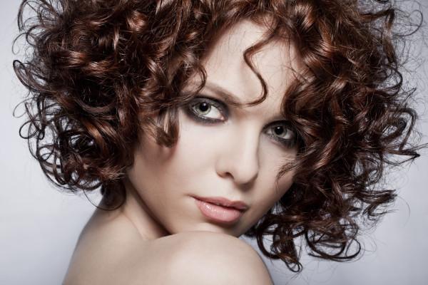 Роскошные кудряшки на длительный срок — мечта многих девушек с прямыми волосами