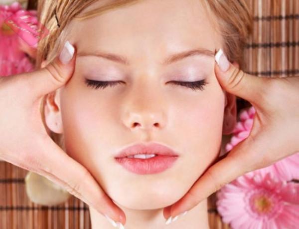 Розовое и касторовое масло можно использовать для полного массажа лица