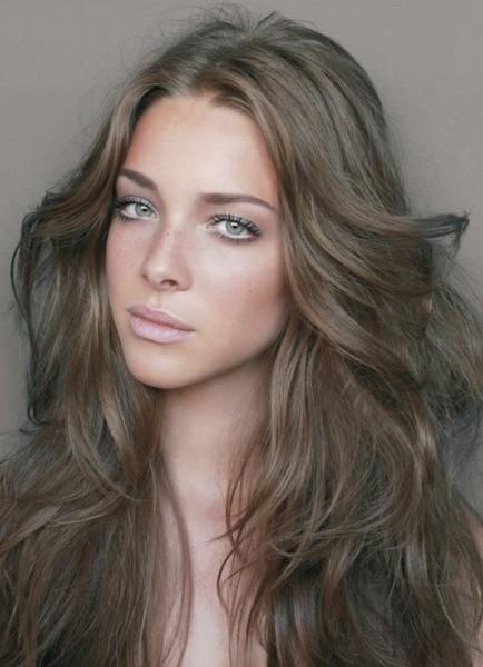 Русые волосы придают образу утонченность и холодность.